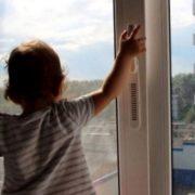 Патрульні врятували 5-річну дівчинку, яка стояла на підвіконні 7-го поверху