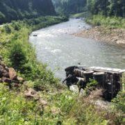 Містичне Яремче, кожного дня аварія: поблизу містечка вантажівка злетіла в річку (ФОТО)