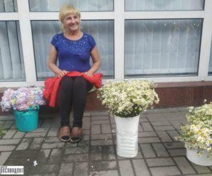 У Івано-Франківську оштрафували жінку, яка крала квіти з міської клумби