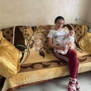Сирота яку вигнали вагітною з дому, повернулась туди з донечкою (фото)