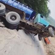 За мить до трагедії: у Карпатах вантажівка ледь не зірвалася в обрив (фото, відео)