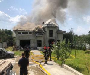 На Прикарпатті літак упав на будинок: є загиблі (ФОТО, ВІДЕО)