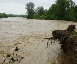 Розмиті дороги та пошкоджений берег річки: наслідки негоди на Прикарпатті