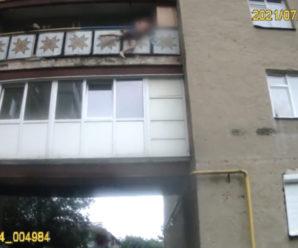 В Івано-Франківську патрульні спіймали чоловіка, який хотів вистрибнути з вікна