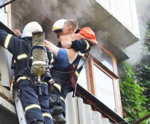 Виглядав з балкону: у Миколаєві врятували хлопчика з квартири, яка палала (відео)