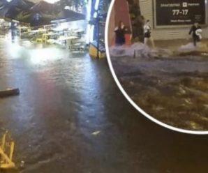 Чийсь батько і син… після зливи потоком води вулицями плило тіло чоловіка (відео)