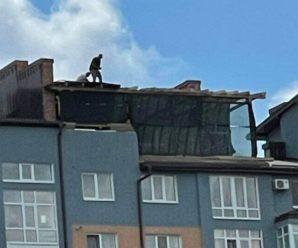 Штраф не зупинив: нахабний франківець продовжує зводити надбудову на даху багатоповерхівки