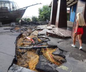 В магазинах по коліна води, гіганська тріщина в землі, знищений пляж, потоплені автомобілі: Одесу накрив страшний ураган