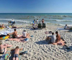 На пляжі у Залізному Порту закохана пара зайнялася коханням на очах у дітей і дорослих (ФОТО, ВІДЕО 18+)