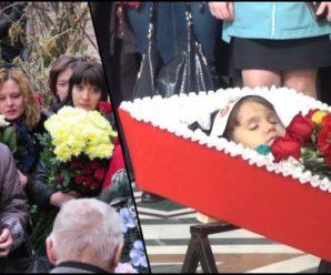 Коли рятувальники знайшли дівчинку, вона була мертва. Під її тілом вони побачили те, що змусило всіх завмерти