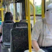 """""""Напевно, вже хворів"""": у тролейбусі помітили чоловіка у суперзахисті (фото)"""