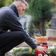 Син 12 років ходив на могилу до мами – а одного разу зустрівся з нею на кладовищі