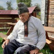 На Прикарпатті 96-річний чоловік доглядає столітній сад