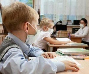 Мають вакцинуватися всі: уряд змінив умову роботи шкіл в червоній зоні