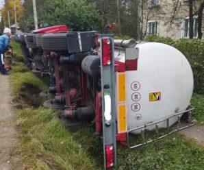 На Франківщині перевернулася вантажівка зі смолою. Травмувався водій (ФОТО)
