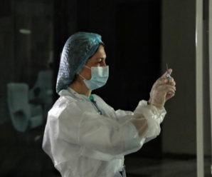 В Україні можуть дозволити щеплення бустерною дозою COVID-вакцини