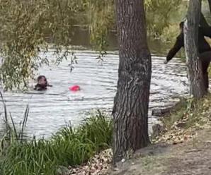 Правоохоронець з Івано-Франківська врятував дворічну дитину у столиці, яка тонула в озері (ФОТО)